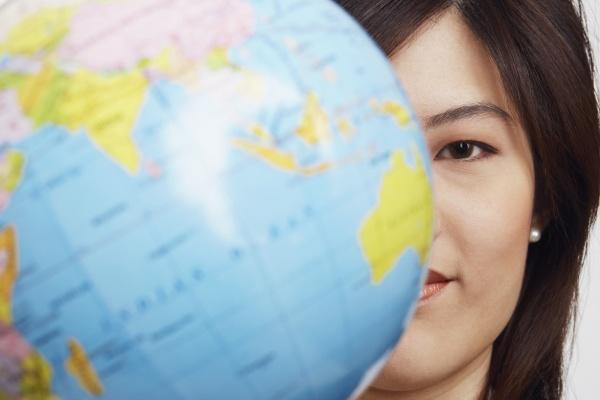 portraet einer geschaeftsfrau mit einem globus