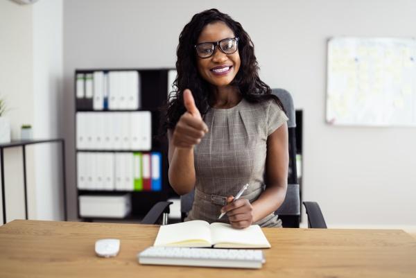 happy woman video konferenz webinar portrait
