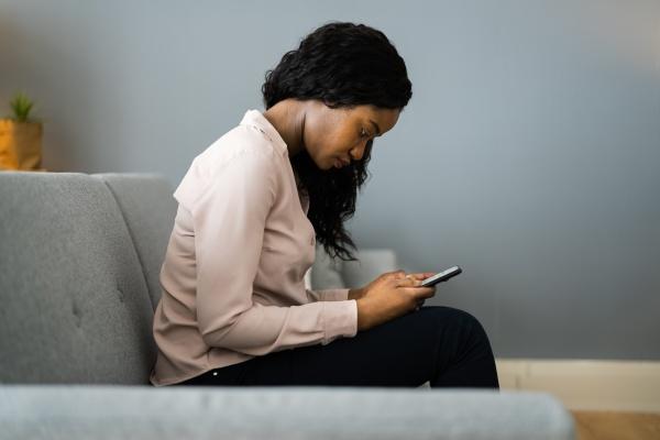 falsche haltung und rueckenschmerzen mit smartphone
