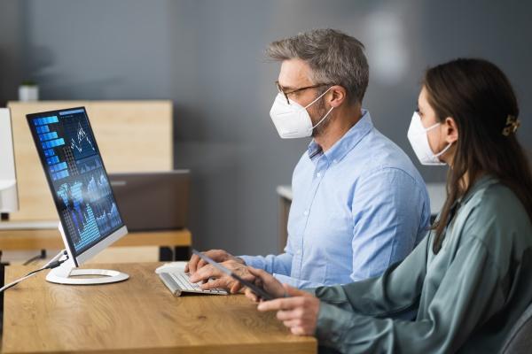 business analyst social distancing tragen gesichtsmaske
