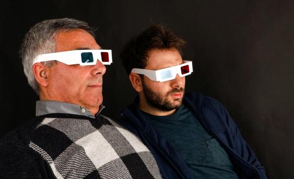 zwei maenner tragen 3d brille