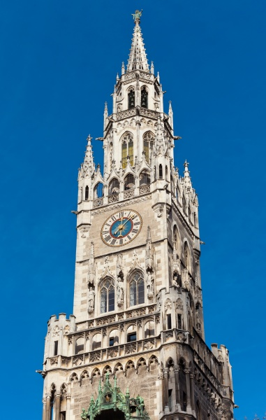spitze des muenchner rathausglockenturms in bayern