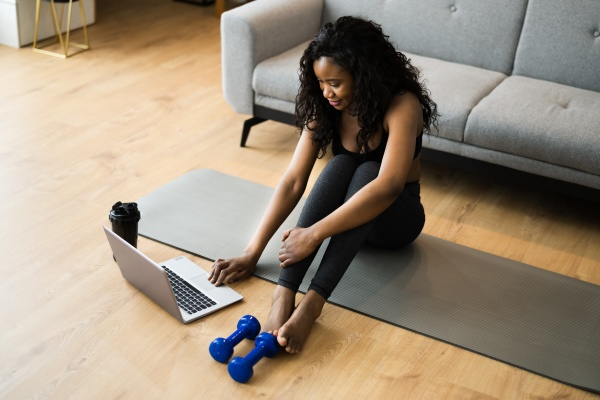 online yoga videoprogramm UEbung auf laptop