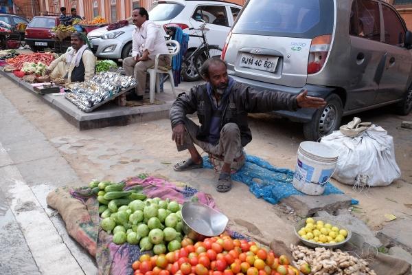 indischer mann verkauft obst und gemuese