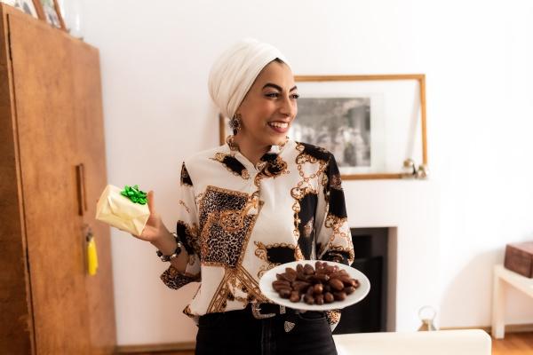 junge muslimische frau mit teller mit