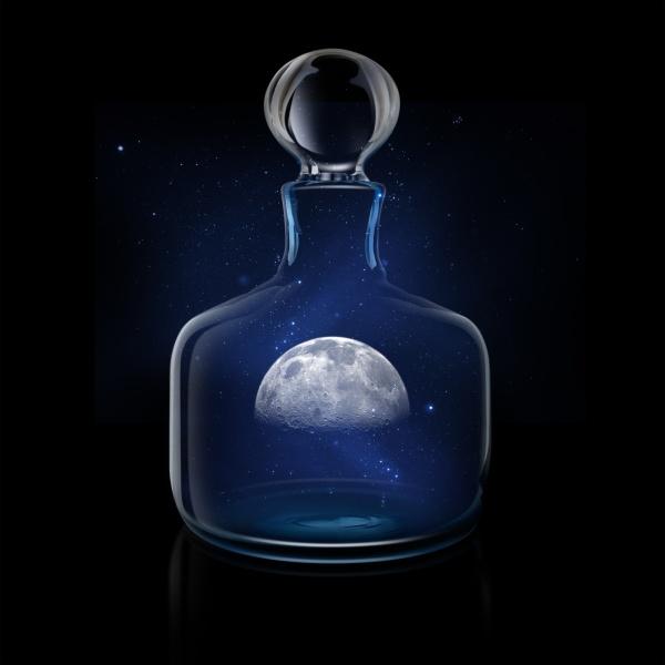 mysterioeser mond im glasdekanter gegen nachthimmel
