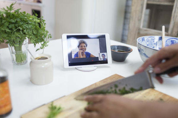 frau kocht und videochattet auf digitalem