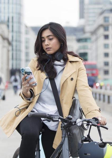 frau auf fahrrad mit smartphone in