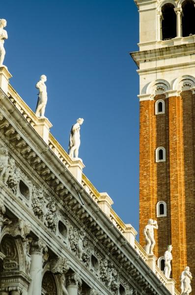 detail des uhrturms und der statuen