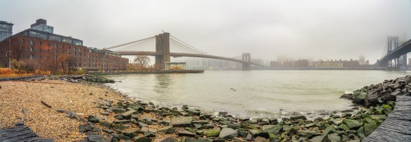 brooklyn bridge und east river bei