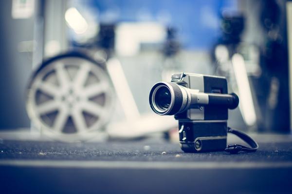 filmproduktion vintage alte filmkamera auf dem