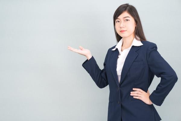 asiatische frau im anzug offene hand
