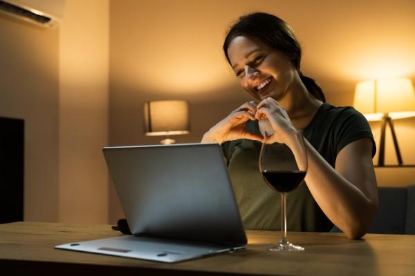 virtuelle weinprobe abendessen veranstaltung mit laptop