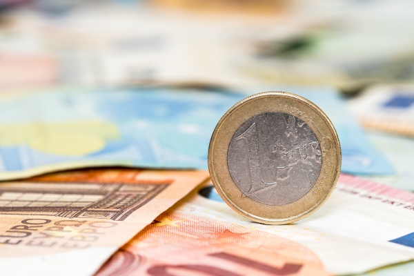 ein euro muenze und banknoten von
