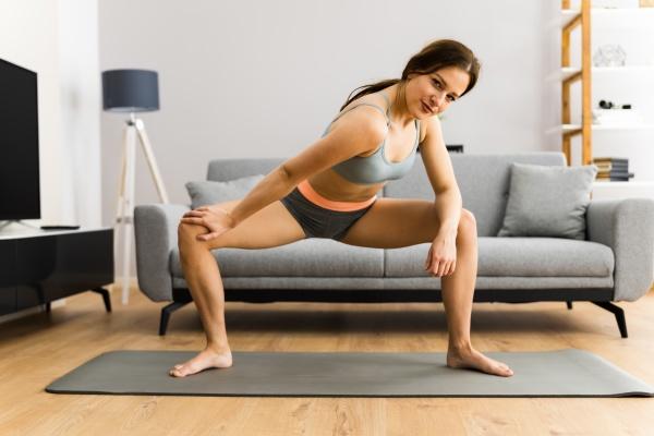 fitness frau doing leg stretching UEbung