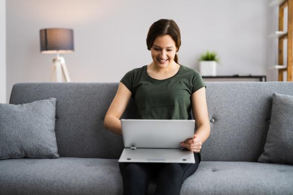videokonferenz webinar auf laptop computer
