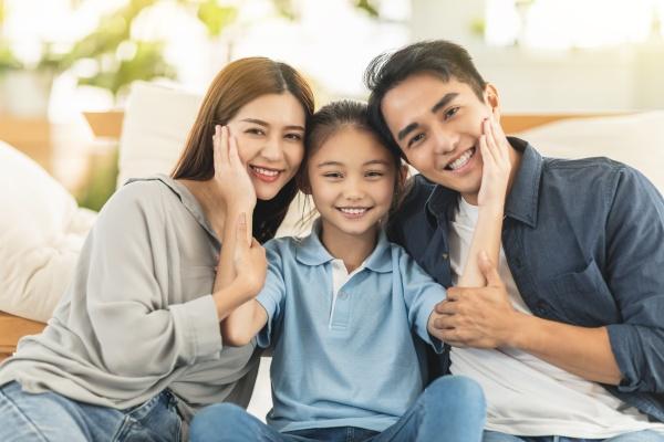 glueckliche familie laechelnd und umarmend auf