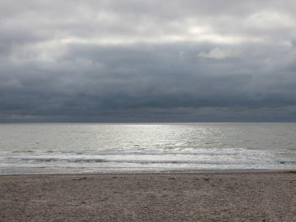 ozean mit silberner oberflaeche und dunklen