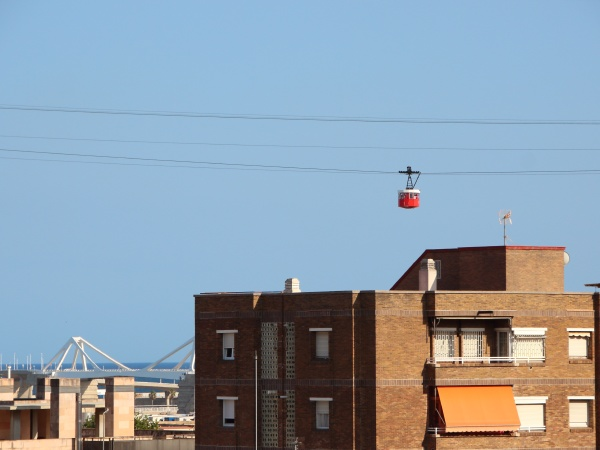 seilbahn ueber barcelona city in spanien