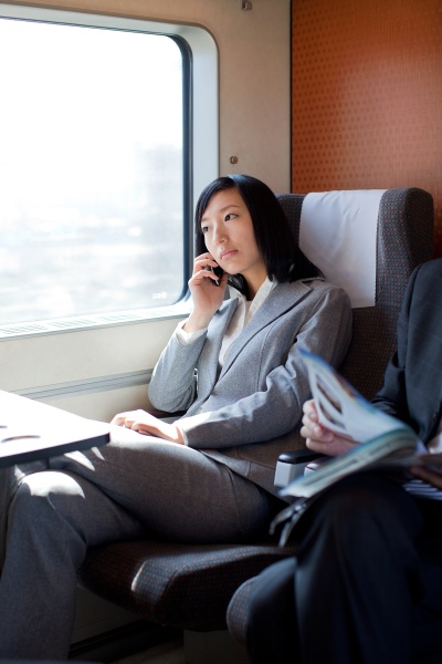 fenster erwachsene mobiltelefon junge frau frauen