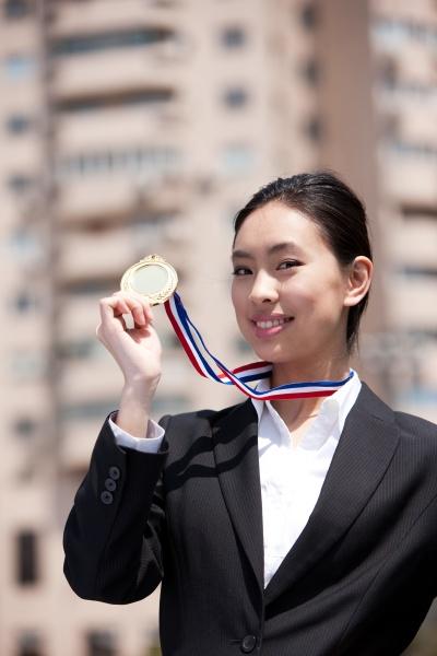 junge frau asiatische allein gold verkauf