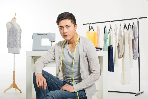 chinesische modedesignerin arbeitet an neuen trends