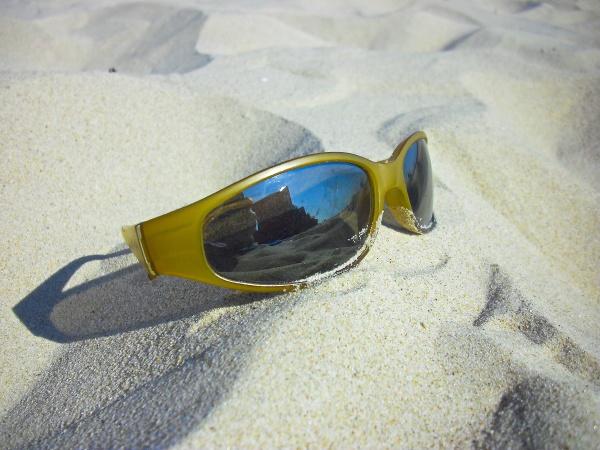 die sonnenbrille im sand der ostsee