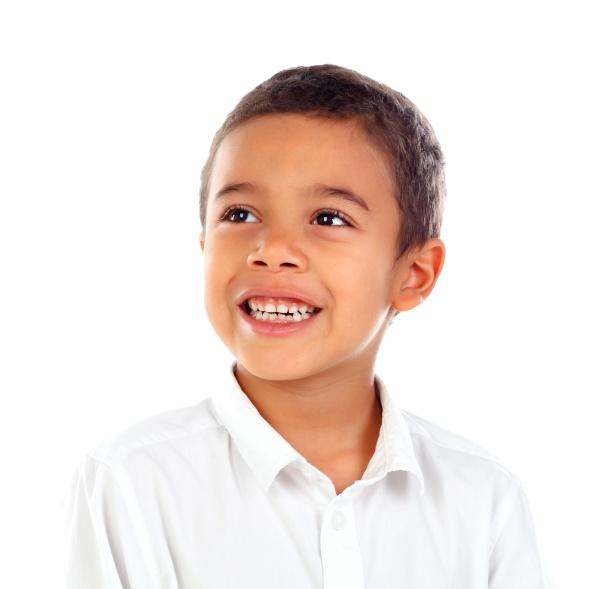 nachdenkliches kleines kind mit t shirt