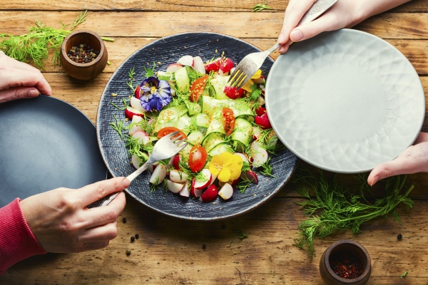fruehlingsgemuesesalat mit blumen