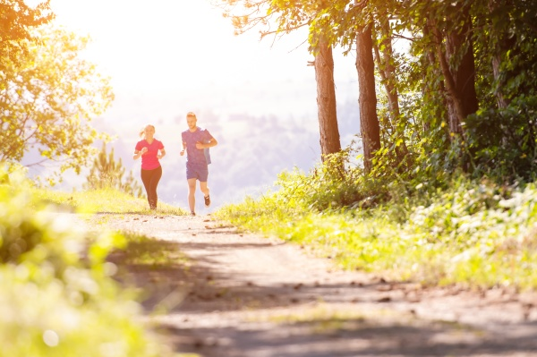 junges paar joggt an sonnigen tagen