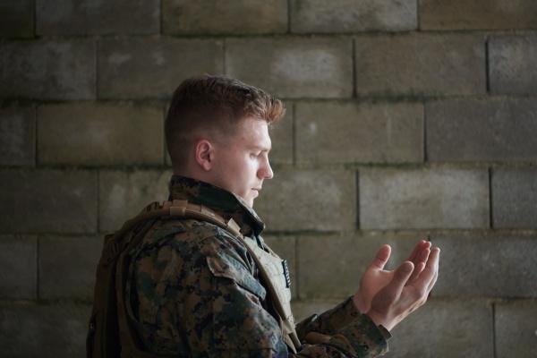 muslimischer soldat betet