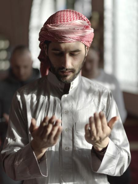 muslime beten in moschee