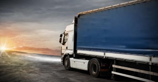 schneller lkw transport liefert pakete
