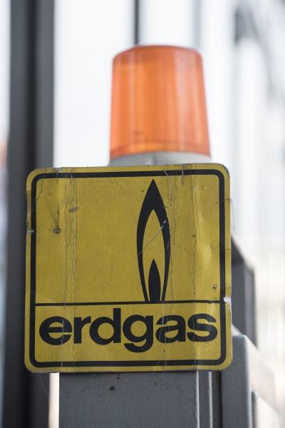 ein erdgas oder erdoelgasschild in deutscher