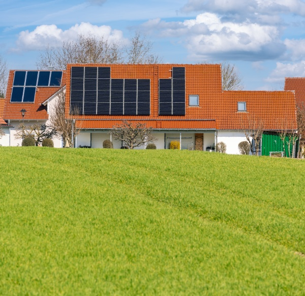 innovatives haus mit solarkollektoren gebaeude