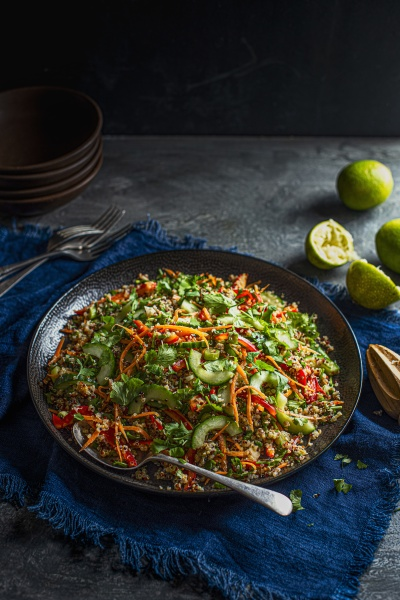 veganer knuspriger quinoa salat mit karotten