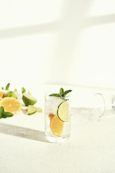 glas wasser mit limette orange und