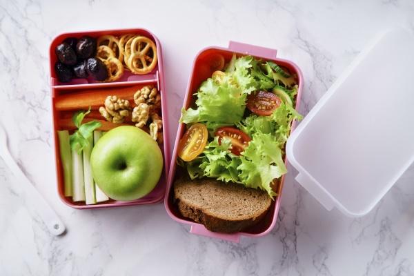 lunchbox mit salat und gesundem essen