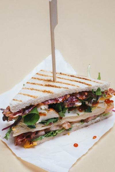 ein club sandwich mit haehnchenbrust speck