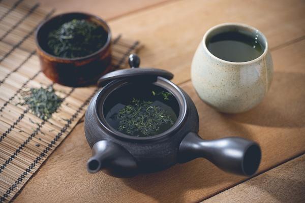 ein arrangement mit gruenem tee