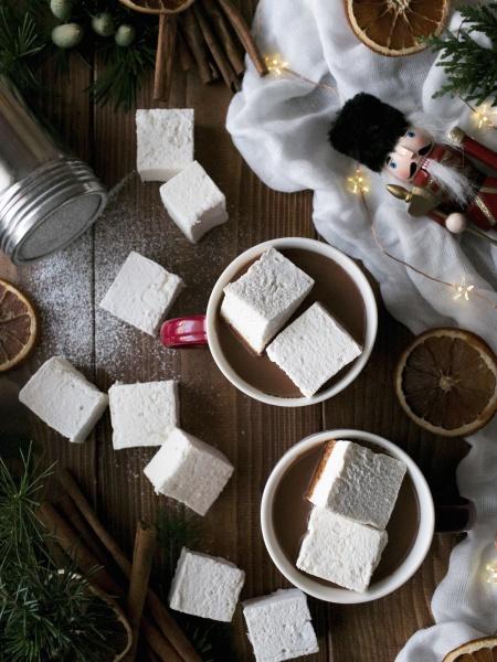 leckere heisse schokolade mit weichen marshmallows