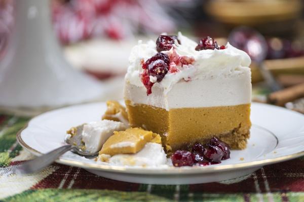 weihnachtskuerbis und cranberry mousse kuchen
