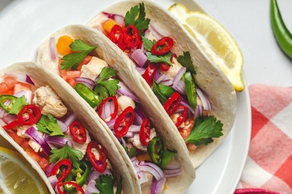 hausgemachte mexikanische tacos mit frischem gemuese