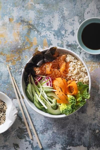 sushi buddhaschale mit lachs braunem sushi