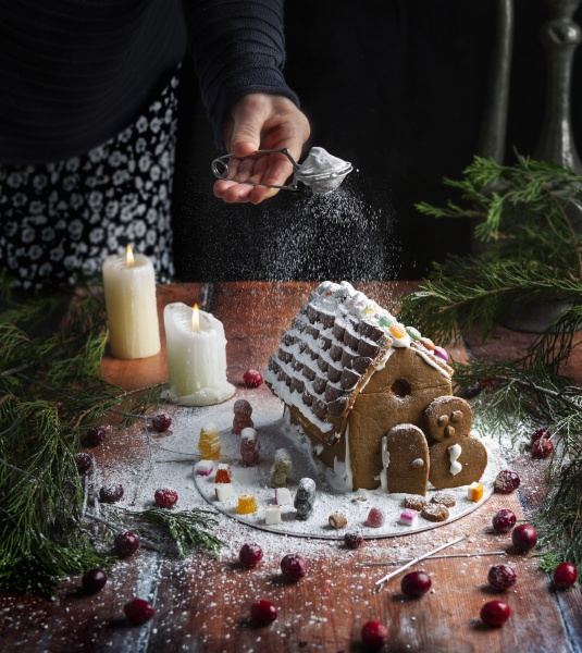 gingerbread, house, with, icing, sugar, sprinkling - 29895069