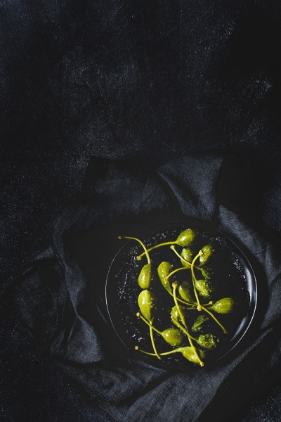 kapern in essig mit olivenoel und