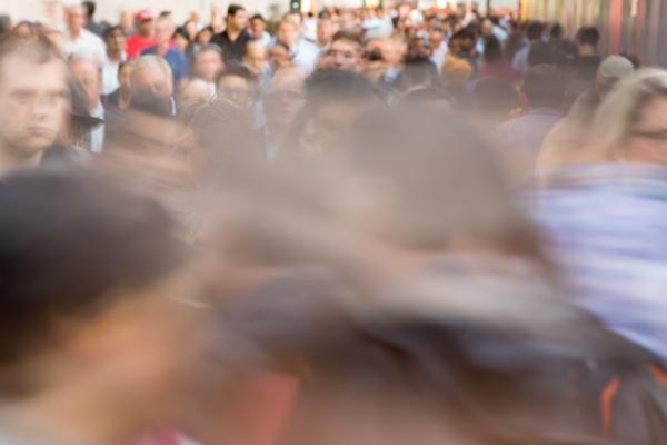 menschenmenge, die, auf, der, stadtstraße, spazieren, geht - 29906049