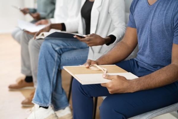 afroamerikanische arbeitslose bewerber warten