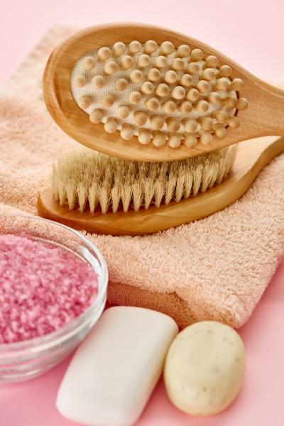 verschiedene hautpflegeprodukte rosa hintergrund