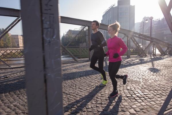 gesundes junges paar joggt am fruehen